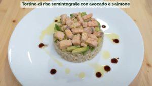 Tortino_di_riso_semintegrale_con_avocado_e_salmone_VerdeBios