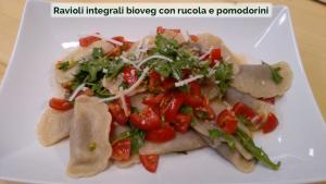 Ravioli integrali bioveg con rucola e pomodorini-01